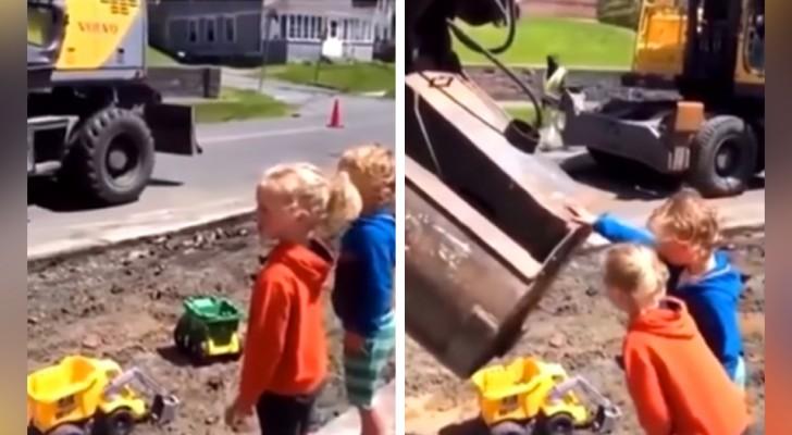 Una ruspa versa della terra nei veicoli giocattolo dei bimbi: la loro reazione è esilarante