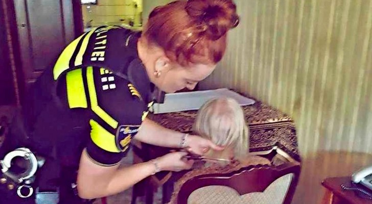 An old woman abandoned by everyone receives a visit from some policemen who have dinner with her and cut her hair