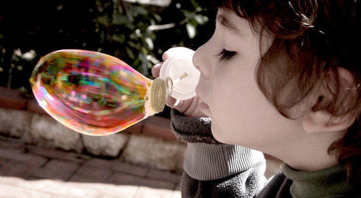 A boy blows soapy bubbles from his terrace: the neighbors call the police to fine him