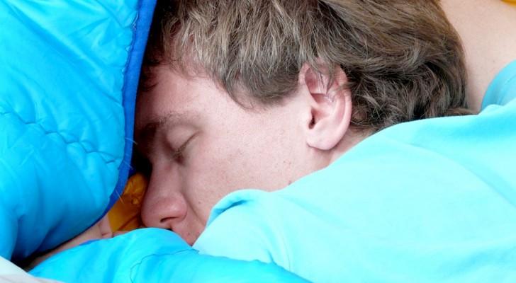 Quest'uomo dorme per 300 giorni all'anno a causa di una rara condizione che lo costringe a