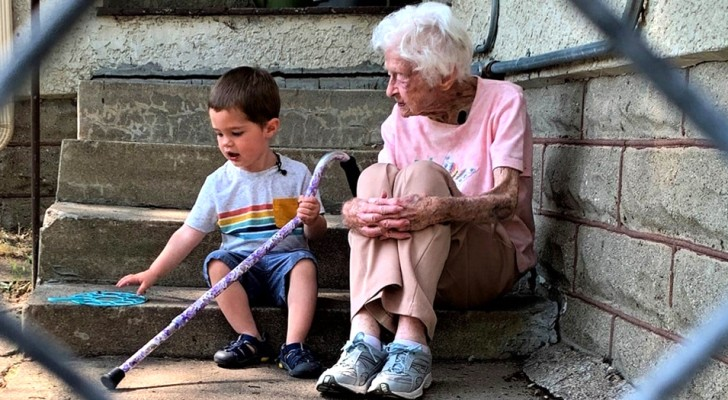 Un'anziana fa amicizia con il figlioletto del vicino e lo tratta come un nipote: Mi sento meno sola