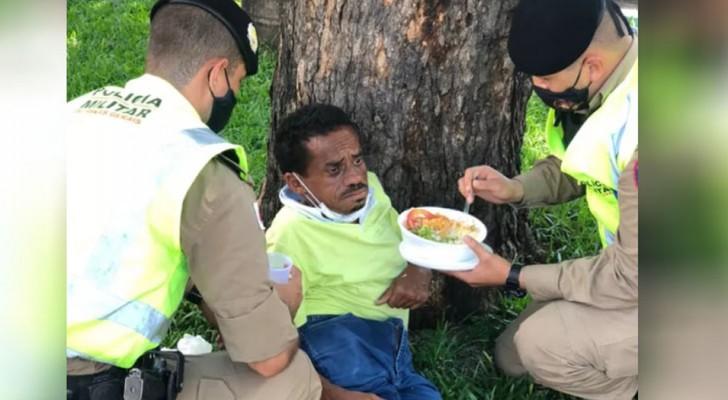 Politieagenten stoppen met wat ze doen om dakloze eten te geven want ook dit is hun werk