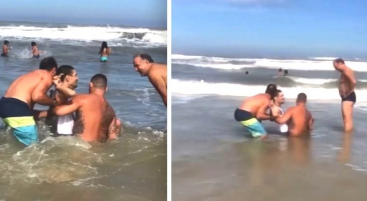 Twee zwemmers helpen een gehandicapte jongen en zijn vader zwemmen in zee: een droom komt uit