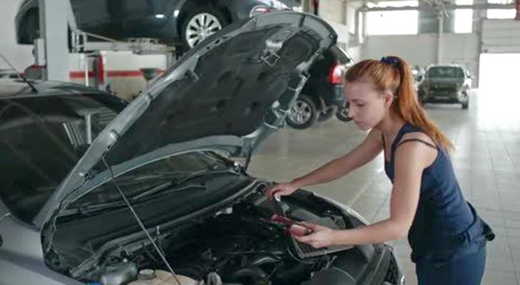 Een man ziet een vrouw in de garage werken en staat erop dat ze zijn auto met geen vinger aanraakt