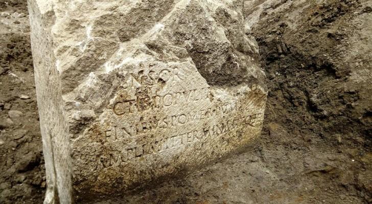Arbeiter entdecken zufällig einen heiligen Stein aus dem alten Rom, der mit der Legende von Romulus und Remus verbunden ist.