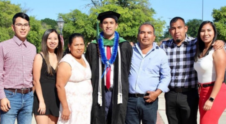 Il obtient son diplôme et retourne dans les champs où ses parents ont travaillé toute leur vie pour payer ses études