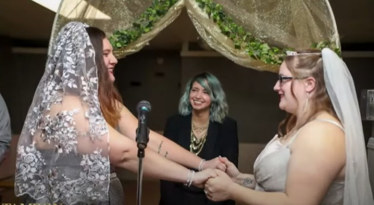 Mariage de meilleures amies : deux jeunes femmes célèbrent l'amour platonique entre célibataires