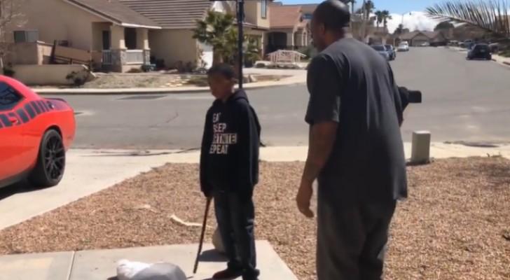 Papà costringe il figlio a distruggere la sua PlayStation perché ha preso brutti voti a scuola