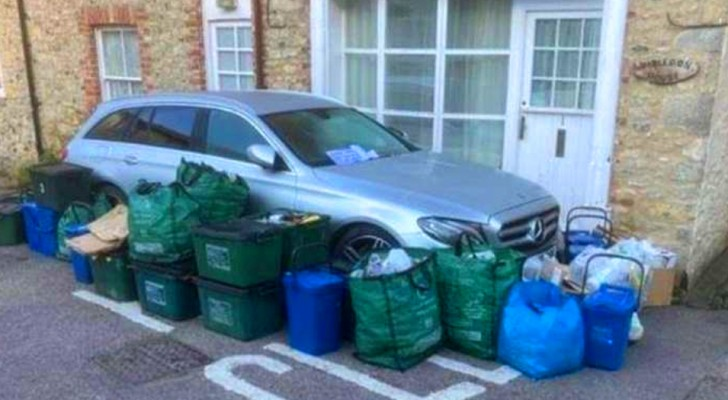 Il se gare dans une zone de stationnement interdit et bloque le camion à ordures : les résidents se vengent