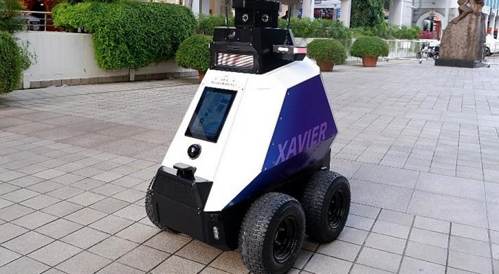 Roboter patrouillieren in Singapur auf den Straßen vor Menschenmengen und Rauchern
