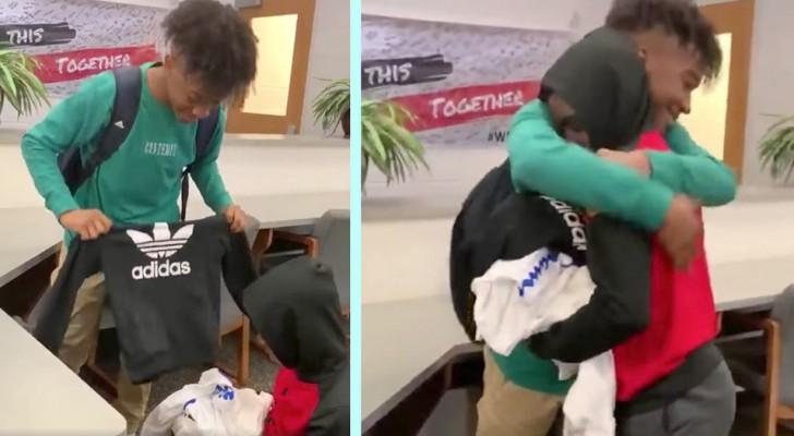 Er schenkt einem gemobbten Klassenkameraden drei Säcke mit Kleidung: er hatte kein Geld, um neue Kleidung zu kaufen