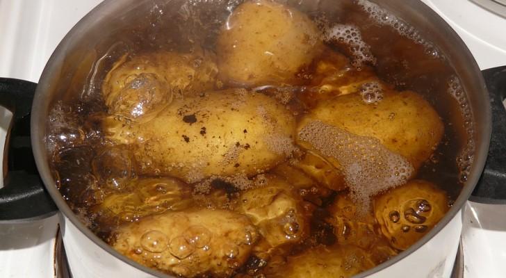 Ne jetez pas l'eau de cuisson des pommes de terre: découvrez comment la réutiliser dans la cuisine et dans le jardin