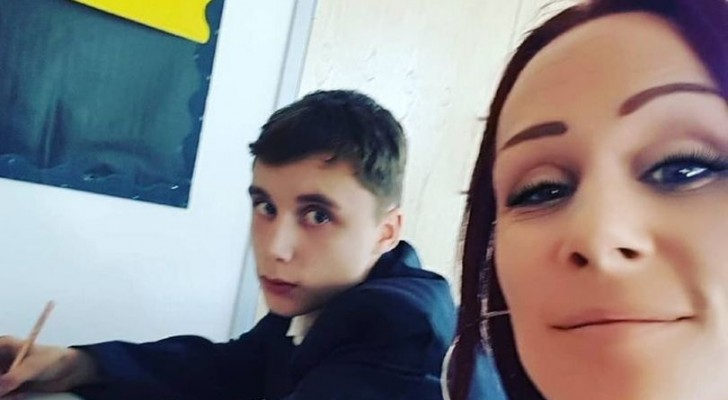 Moeder loopt de klas van haar zoon binnen en leert hem een les over respect