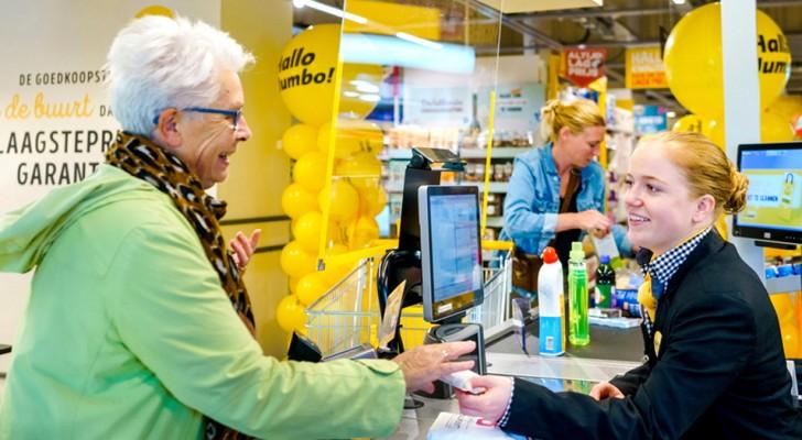 Een supermarktketen opent kletskassa's waar ouderen een praatje kunnen maken met de winkelbedienden