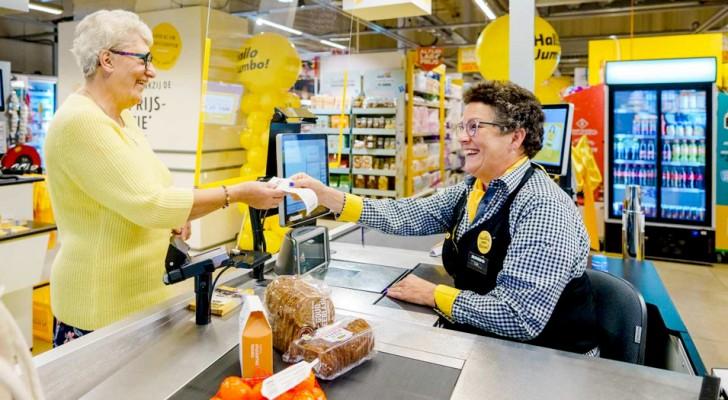 Un supermarché inaugure des caisses lentes : les personnes âgées seules peuvent y discuter avec le personnel