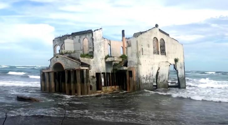 Si pensa fosse un hotel, oggi è una spettrale villa che sprofonda in una spiaggia del Pacifico