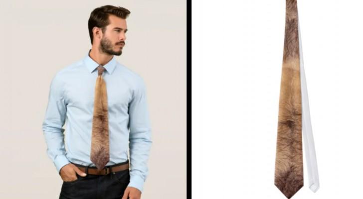 La cravatta che riproduce fedelmente il petto maschile esiste davvero