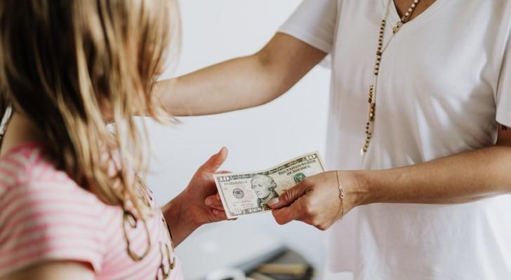 Une grand-mère donne de l'argent de poche à sa petite-fille mais découvre que sa belle-fille empoche l'argent
