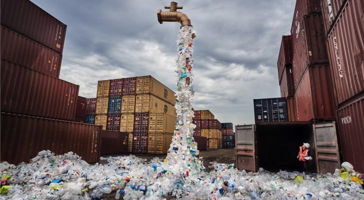 Un gigantesco rubinetto da cui sembrano uscire tonnellate di plastica: l'opera di denuncia di un artista