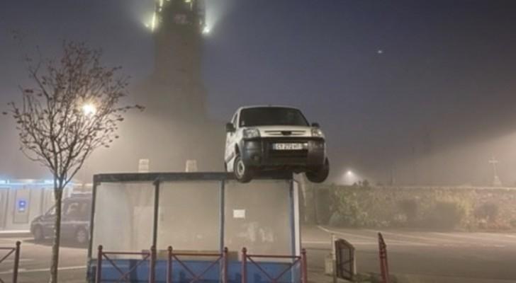 Avvistato un furgone sopra ad una pensilina: nessuno riesce a spiegarsi come sia finito lì