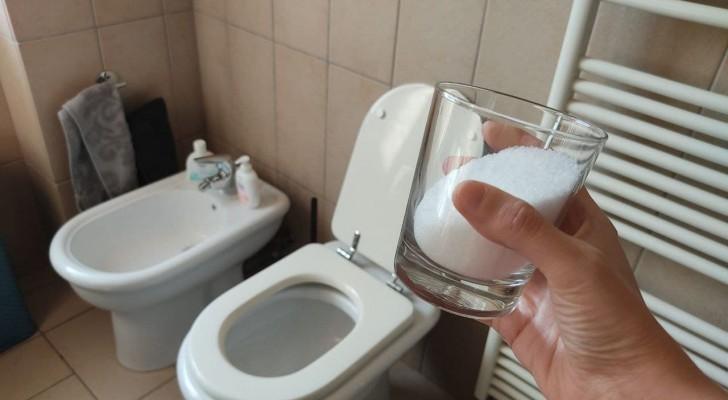 Sporcizia e calcare in bagno? Scopri come liberartene usando semplicemente del sale grosso