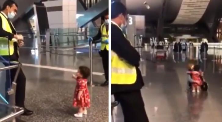 Bimba educata chiede alla guardia aeroportuale se può andare ad abbracciare la zia che si stava imbarcando(+ VIDEO)