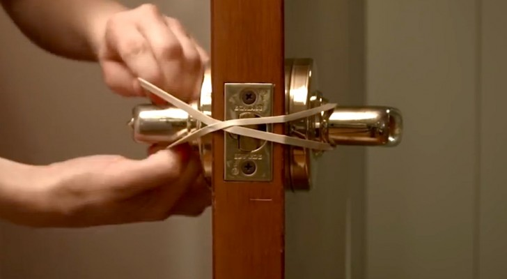 She ties a rubber band around the door handle: this simple trick can save you big problems