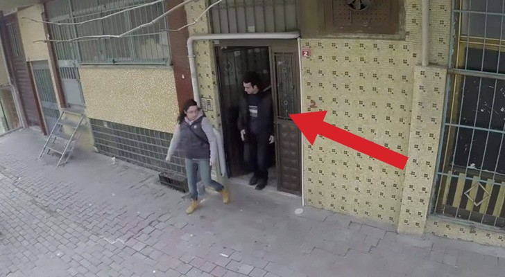 A deaf guy is walking down the street: what happens around him is very touching !