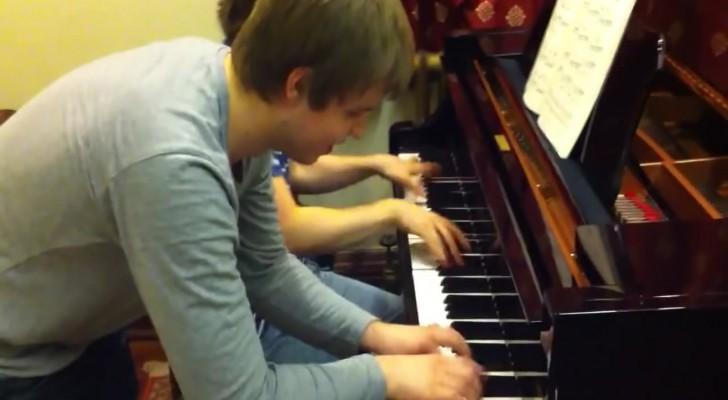 Un genio del pianoforte si diverte con un amico: il loro duetto è INCANTEVOLE