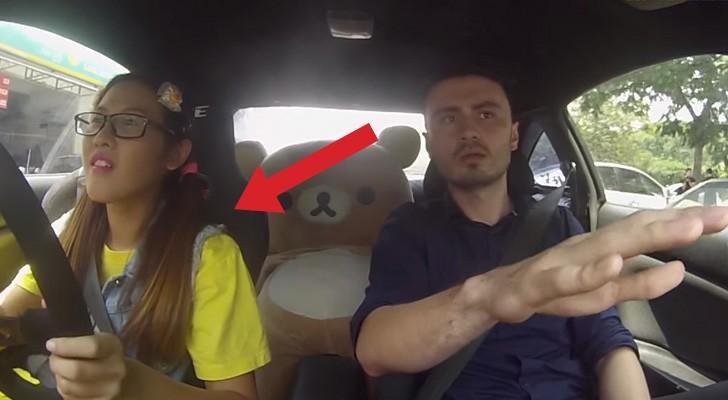 Una joven sube en el auto con el instructor de guia: lo que sucede lo hara GRITAR!
