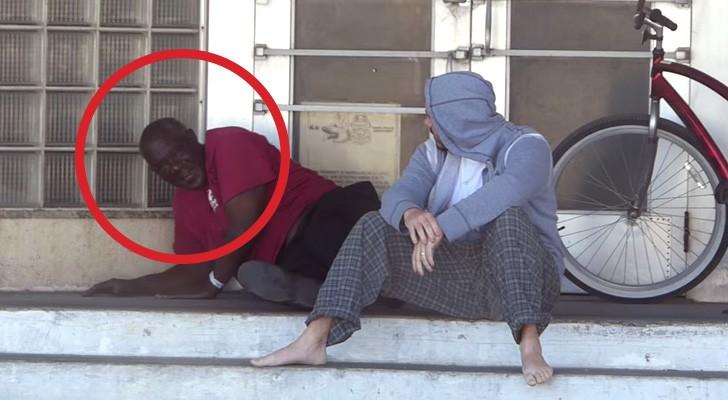 Un homme demande de l'argent à un SDF. Sa réaction est impressionnante.