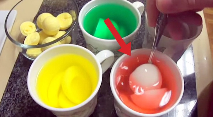 He drops a boiled egg in food coloring: his final dish will surprise ...