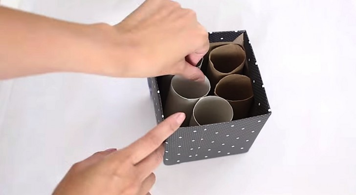 She puts cardboard rolls in an old box ... Her idea will be very useful !