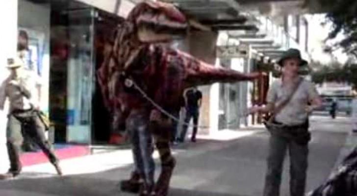 Oddio! Un velociraptor per strada... FANTASTICO!