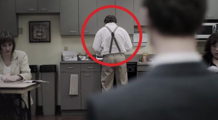 Un uomo sta mangiando nella mensa: ciò che fa il suo collega è... INACCETTABILE