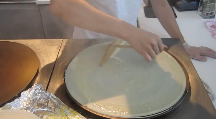 Em poucos minutos eles preparam um 'crepe sorvete'!