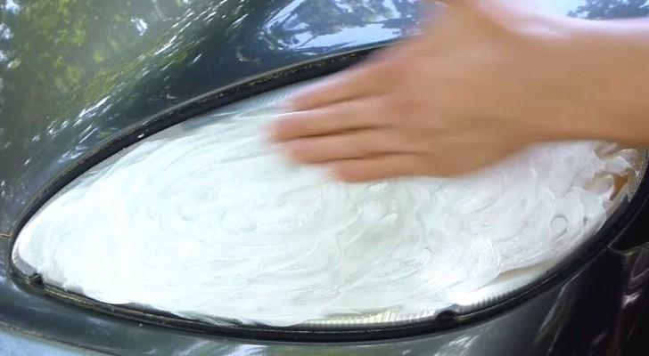 Spalma dentifricio sui fari della macchina ed ottiene un risultato... illuminante!