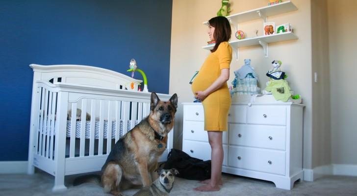 Een zwangere vrouw staat stil in het midden van de kamer: wat er om haar heen gebeurt is prachtig!