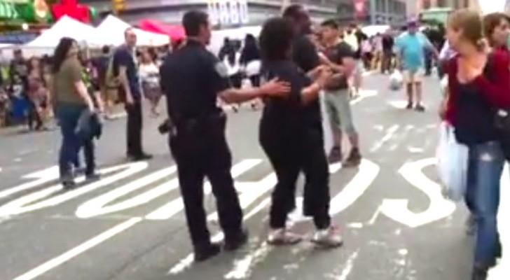 Un policier s'approche d'une femme dans la rue : voilà ce qu'il va faire... WOW!