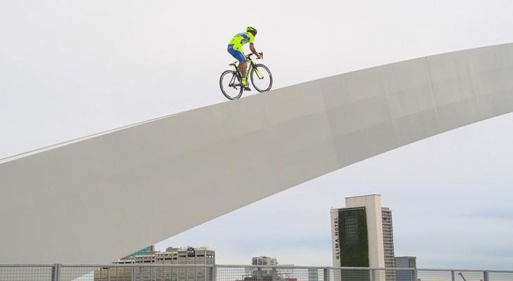 Als deze man op zijn fiets springt, laat hij onverwachte en schrikwekkende dingen zien!