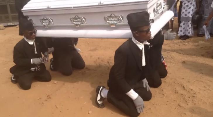 Les amis portent le cercueil comme dans un enterrement classique mais la suite est INATTENDUE!