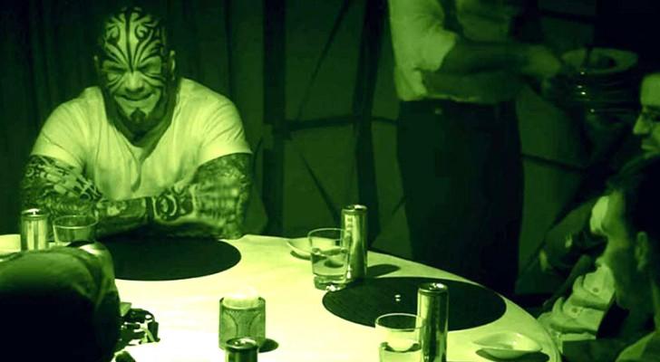 6 homens comem juntos no escuro. Quando as luzes se acendem a verdade vai te surpreender