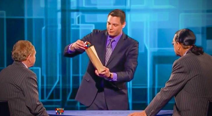 Deze goochelaar haalt een Rubiks kubus tevoorschijn: wat hij hiermee kan doen is onvoorstelbaar!