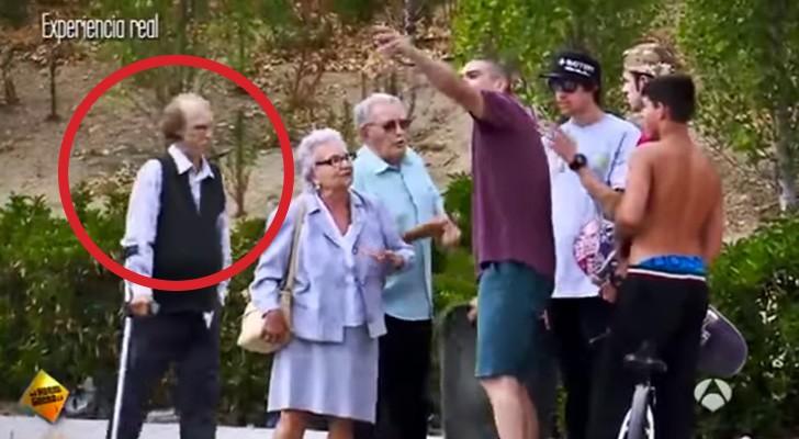 Alcuni anziani si avvicinano a degli skater, ma guardate cosa fa l'uomo con la stampella... Wow!