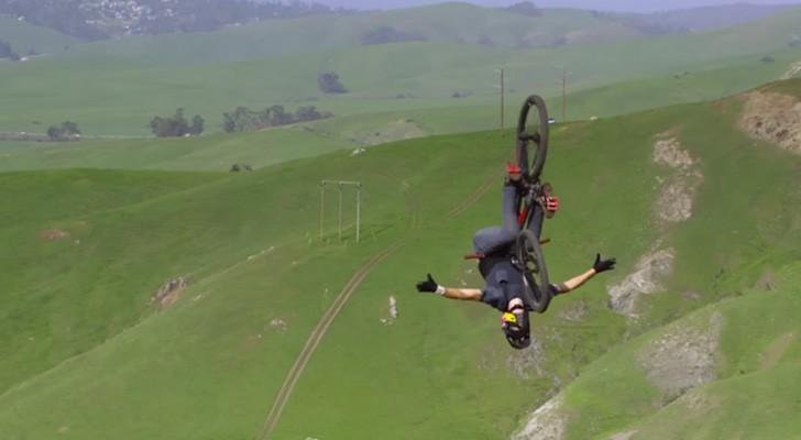 Il monte une colline avec un vélo : quand il commencera à descendre vous serez scotchés!