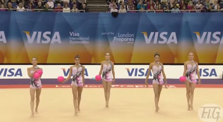 5 vrouwen staan netjes op een rij: wat zij kunnen doen met een bal is ongelooflijk!