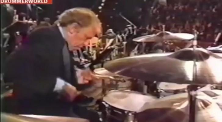 Sale sul palco e inizia a suonare la batteria: il pubblico non crede ai suoi occhi