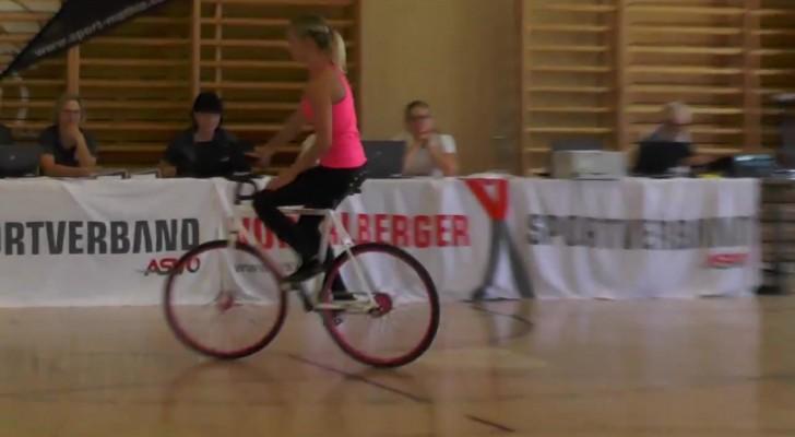Ze komt de auditieruimte binnen op de fiets: wat ze laat zien is ONVOORSTELBAAR!