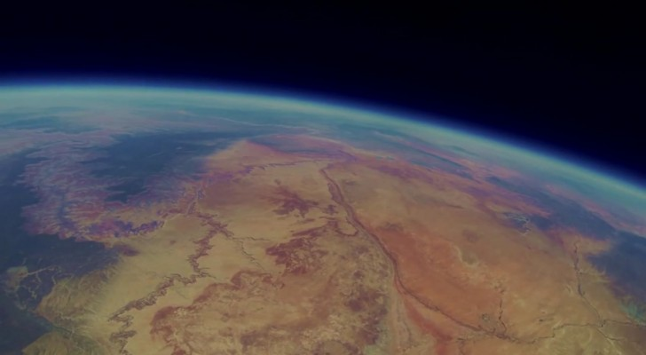 They place a camera and send in a BALLOON in SPACE: here's the video found two years later !