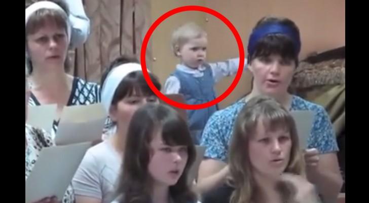Kören börjar sjunga, men titta noga på flickan där bakom... Hon är fantastisk!